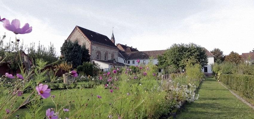 Kloster Blick aus dem Garten-min